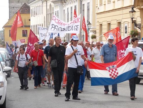 Na Markovom trgu prosvjedovalo je oko 100 radnika šibenskog TLM-a te 50-ak radnika trgovačkog društva 3. Maj TIBO iz Matulja
